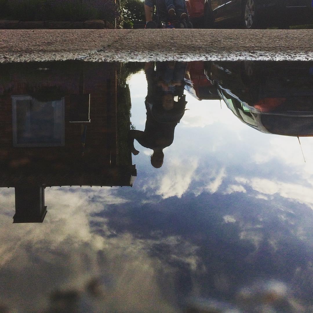 Storebror visar vem han tror är starkast... ?? #puddlegram #sky #reflection #muscle